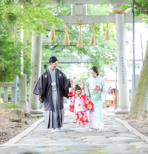 神社鳥居の下家族写真