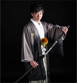 刀を持った袴姿の成年