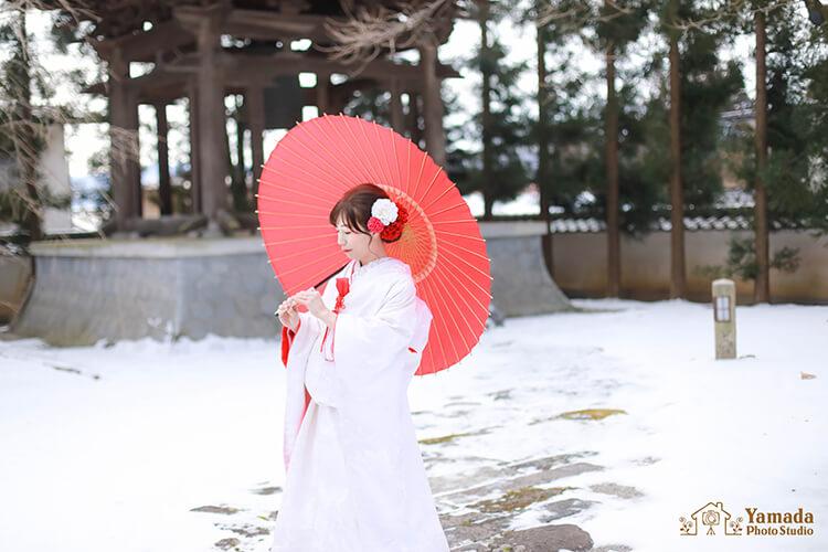 お色直し白無垢赤傘花嫁さん