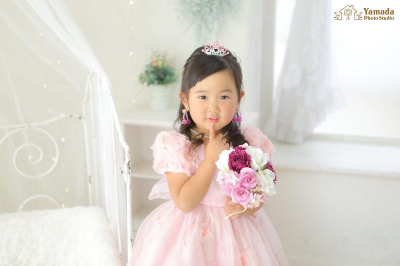 内緒ポーズ3歳ドレス